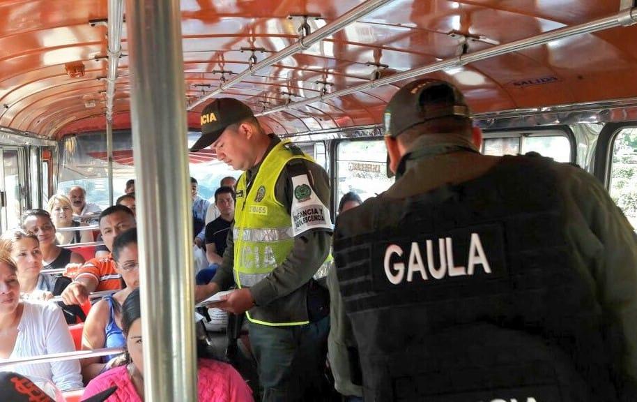 Policías imponen comparendos en el transporte urbano