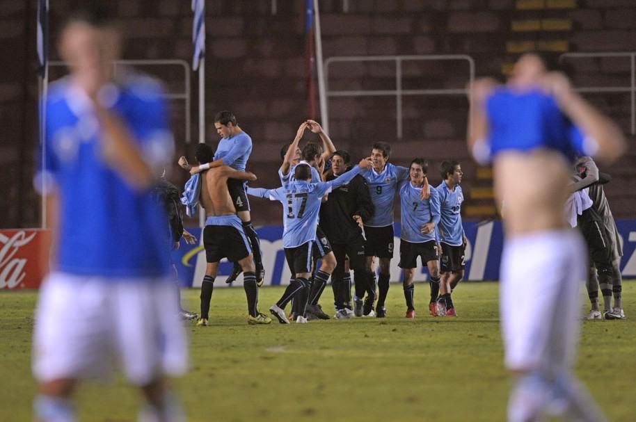 Jugadores de Uruguay celebran su victoria sobre Argentina en el Sudamericano Sub-20