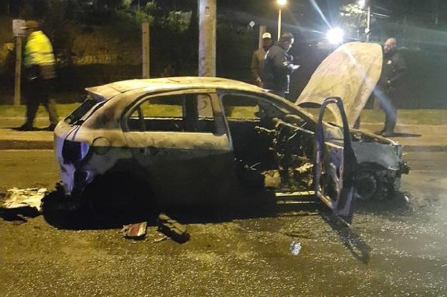 Así quedó el carro particular incinerado en Suba