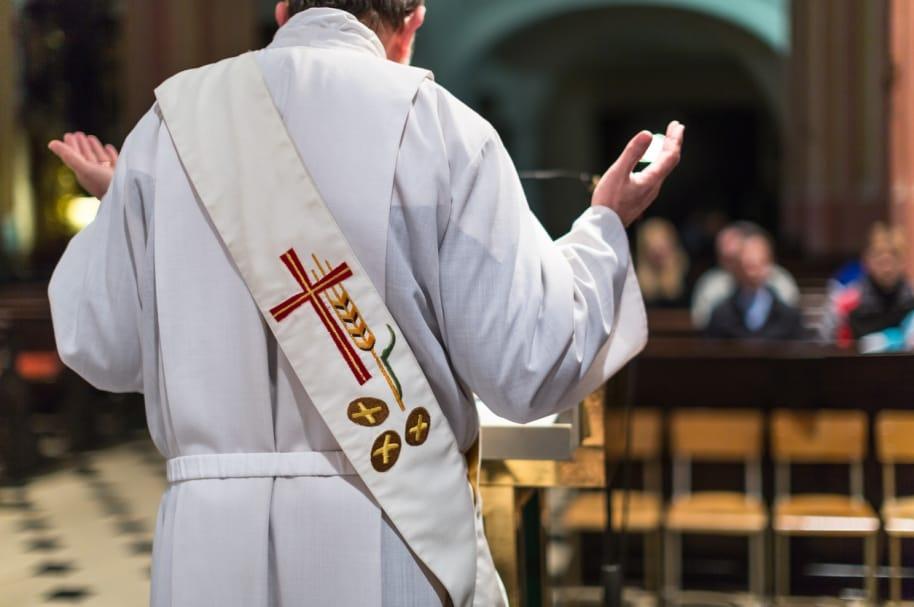 Sacerdote oficiando una misa. Pulzo.com