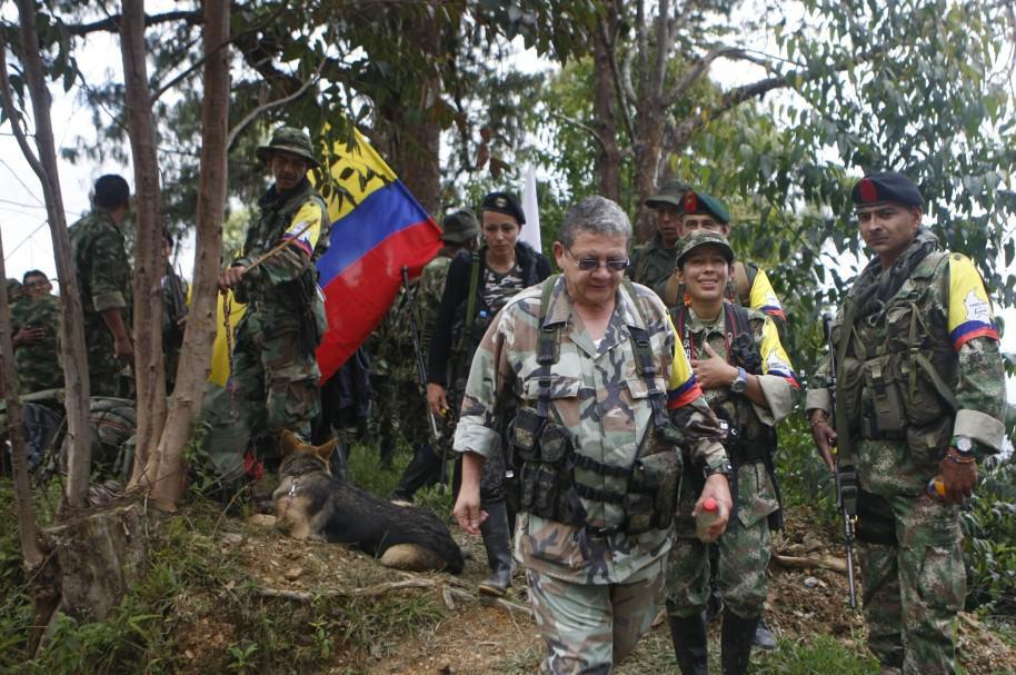 Jorge Torres Victoria, 'Pablo Catatumbo' (c), llega a una zona veredal en La Elvira, en las montañas del Cauca