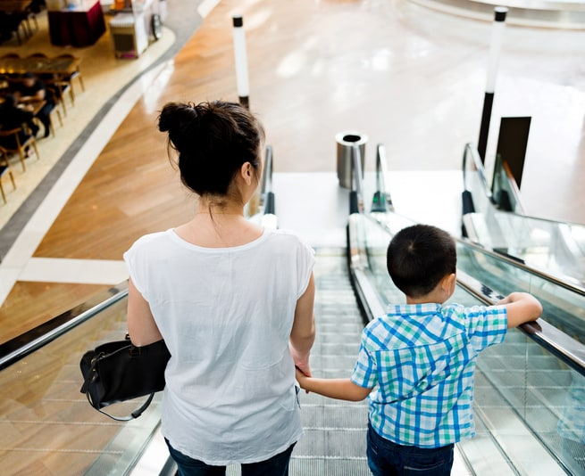 Madre e hijo en escalera eléctrica. Pulzo.com