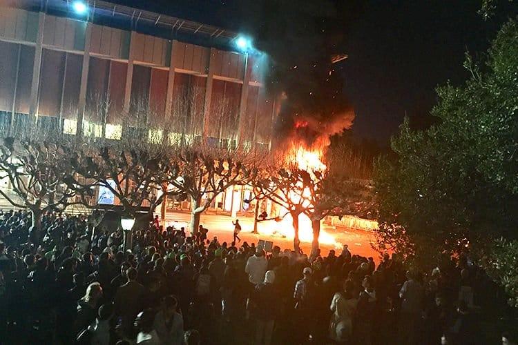 Milo Yiannopoulos se vio obligado hoy a cancelar un acto programado en la Universidad de California en Berkeley