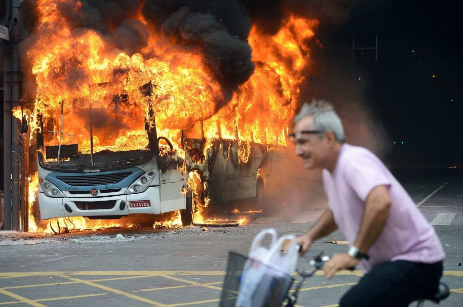 Vista de un autobús incendiado durante una protesta de funcionarios del gobierno en Río de Janeiro (Brasil)