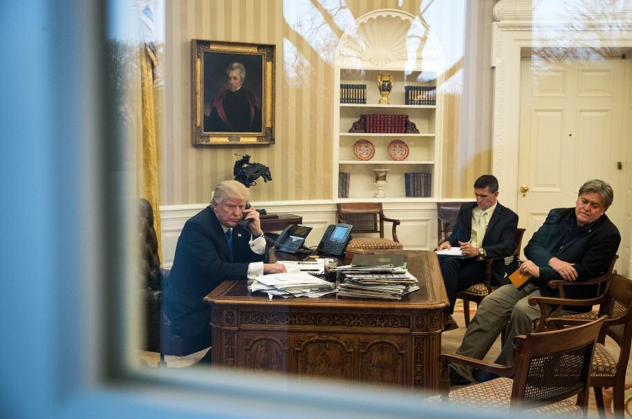 Donald Trump habla por teléfono con el PM Australiano Turnbull desde la Casa Blanca