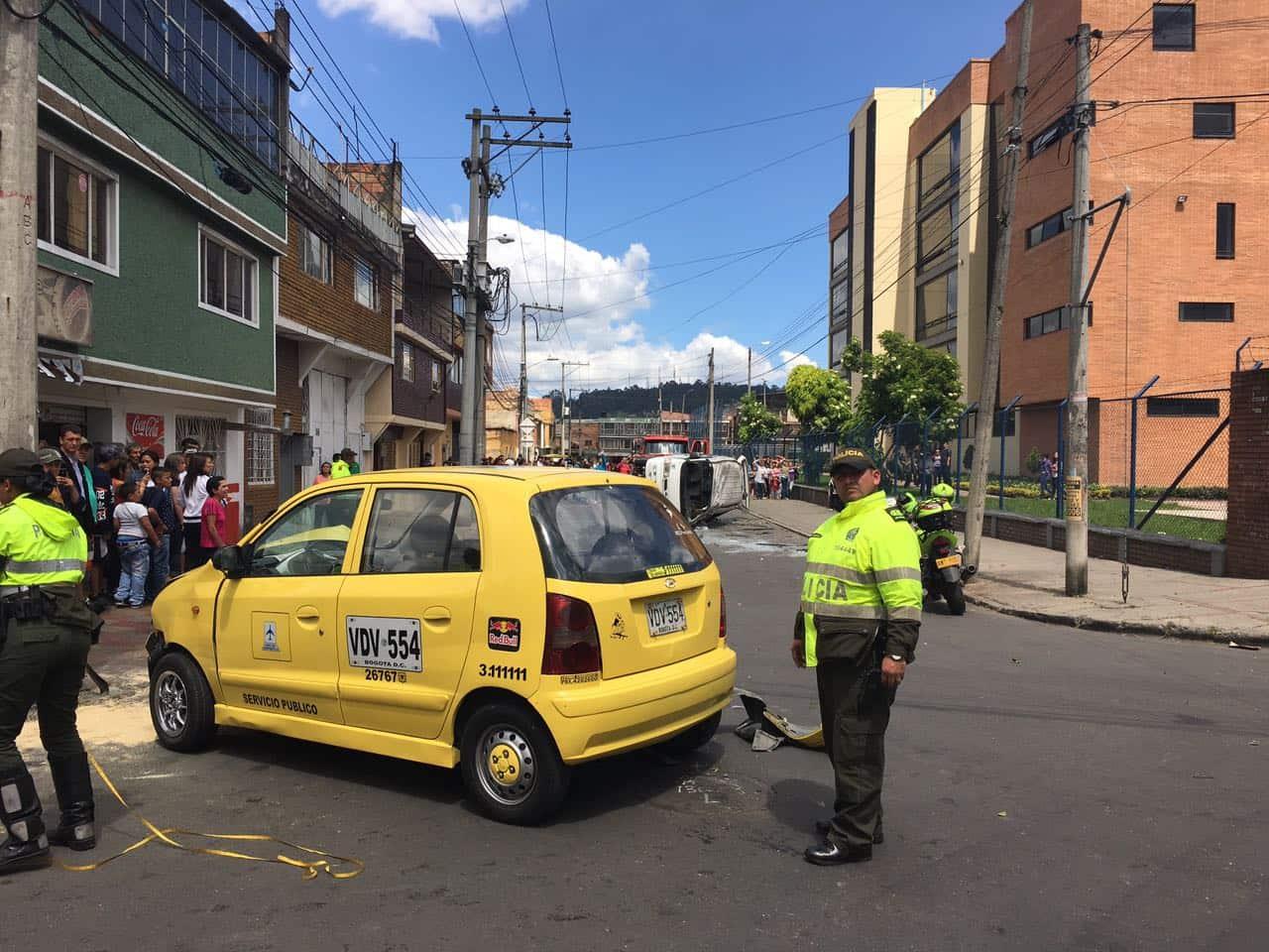 Choque entre ruta escolar y taxi en Engativá