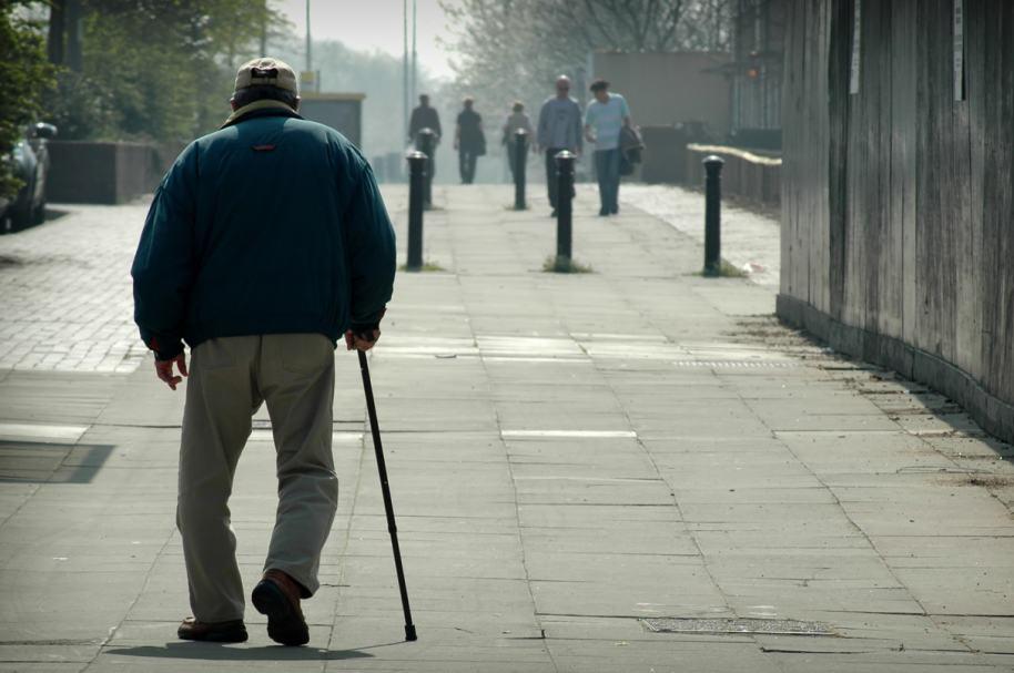 Anciano con bastón. Pulzo.com
