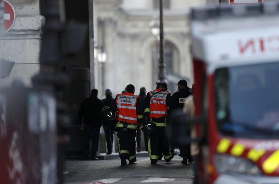 Autoridades evacúan la escena del ataque