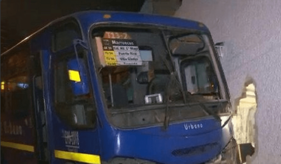 Bus del SITP estrellado contra la casa en Rafael Uribe