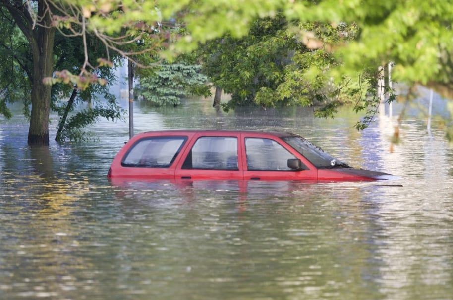 Carro hundido en un río. Pulzo.com.