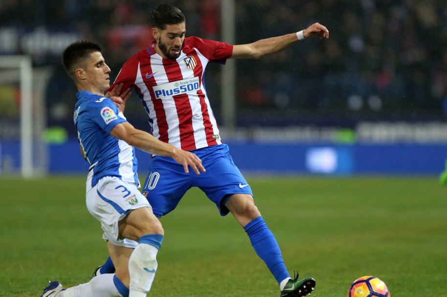 El defensor de Leganés Unai Bustinza disputa un balón con Yannick Ferreira Carrasco