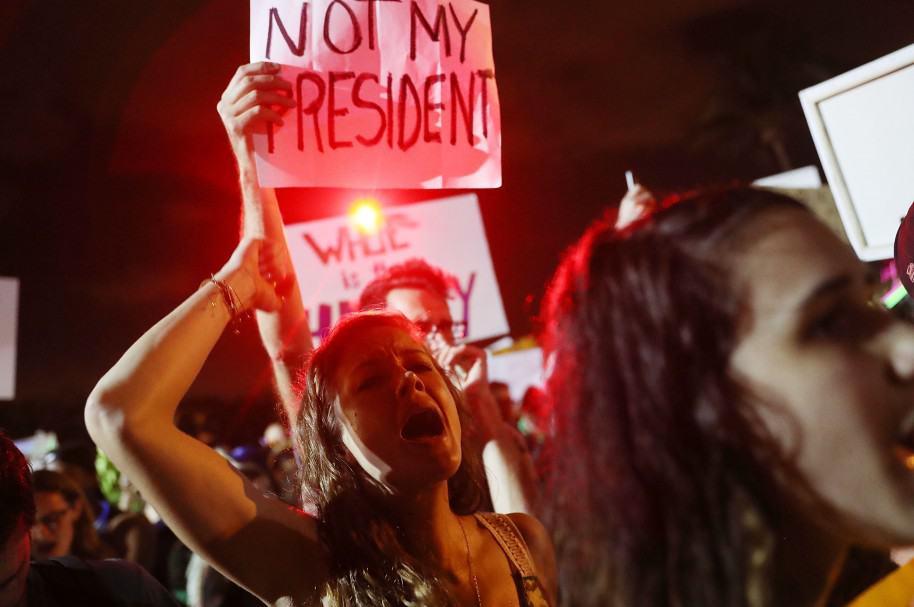 Manifestantes protestan contra Donald Trump en su residencia en Palm Beach