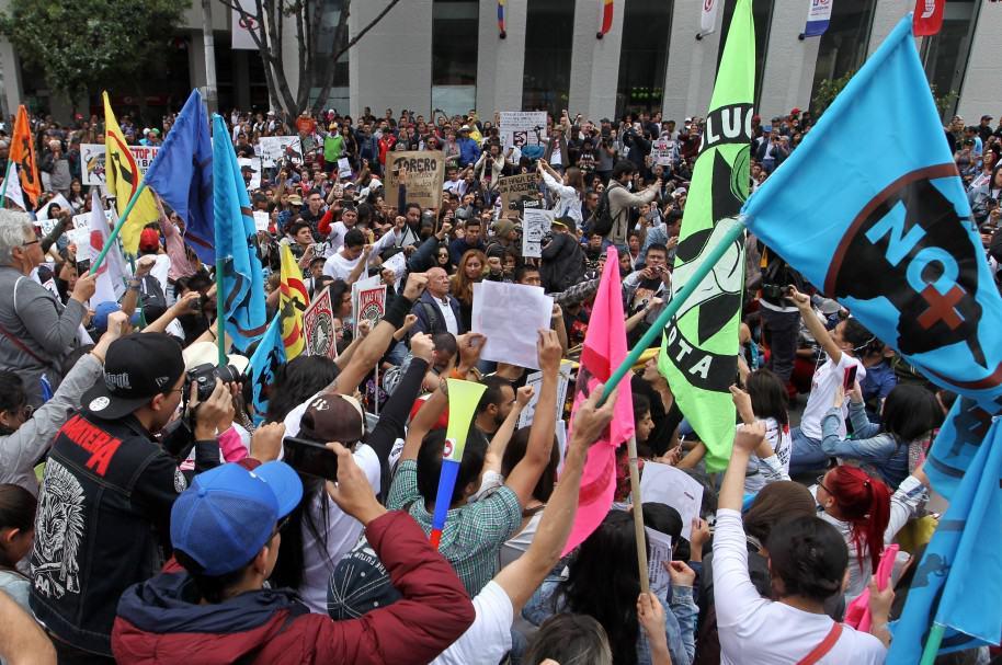Grupos de antitaurinos protestan a metros de la plaza de toros La Santamaría en Bogotá