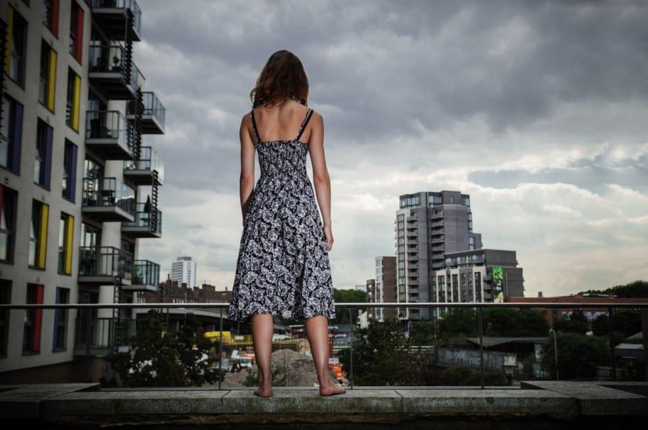 Mujer parada en azotea de edificio. Pulzo.com