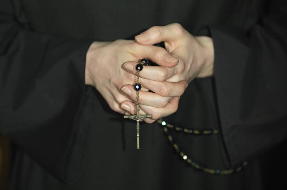 Monja con rosario