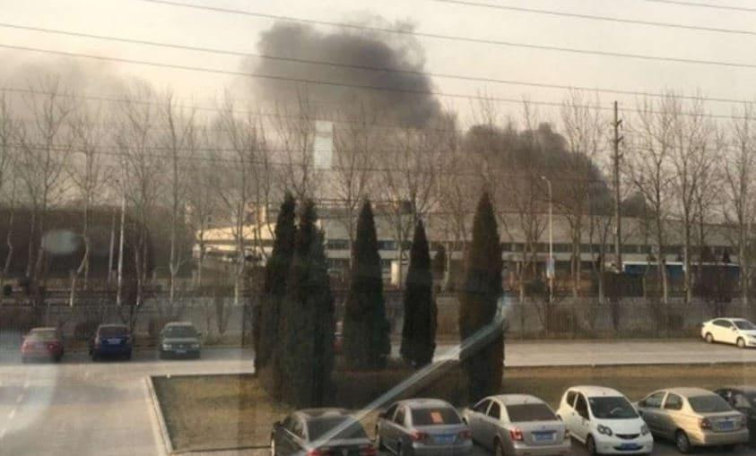 Columnas de humo del incendio de la fábrica