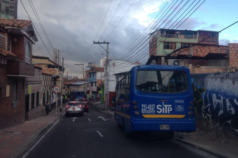 Bus del SITP varado en una calle bogotana