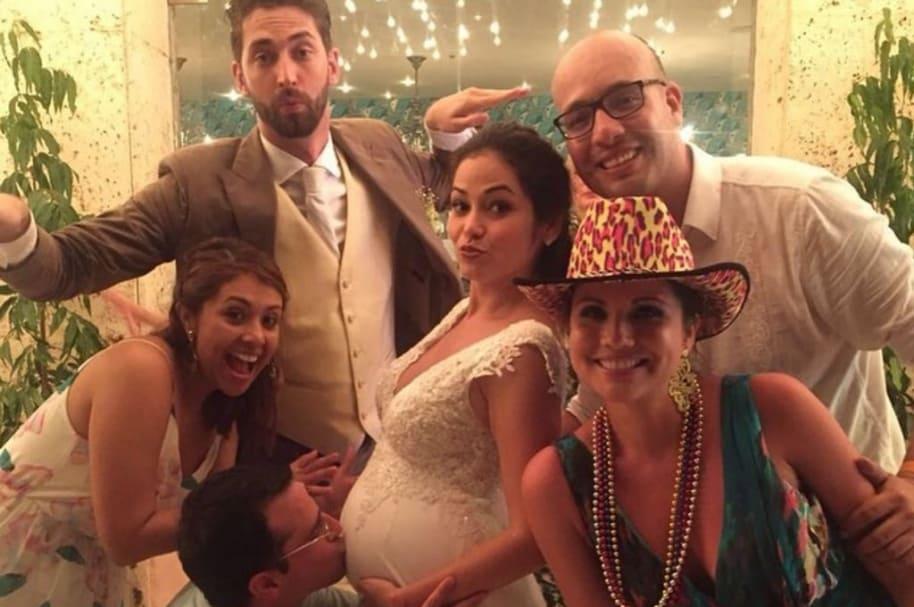 Luz Elena Ramos, expresentadora de Caracol, junto a su esposo Matteo Contti, el periodista José Fernando Patiño y otros de sus colegas el día de su matrimonio.