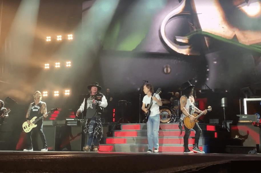 El guitarrista Angus Young toca con Guns N' Roses. Pulzo.com.