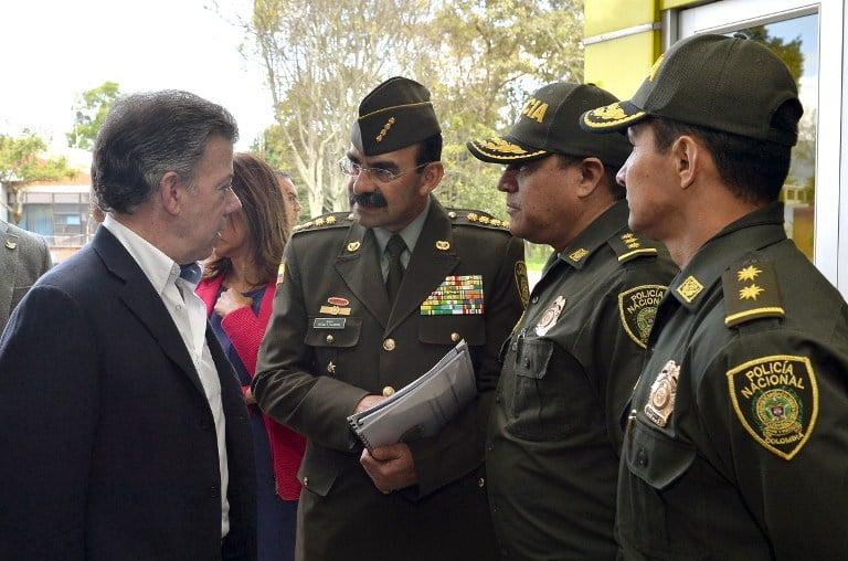 El presidente Juan Manuel Santos dialoga con los generales Rodolfo Palomino y Humberto Guatibonza, en 2015
