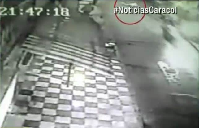 Alex Domínguez cuando cayó del bus (círculo rojo)
