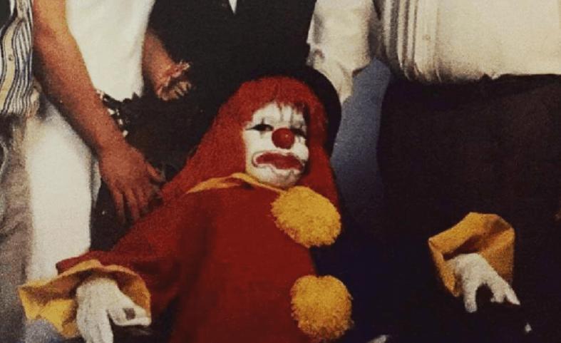 Niño se vistió de payaso para foto familiar