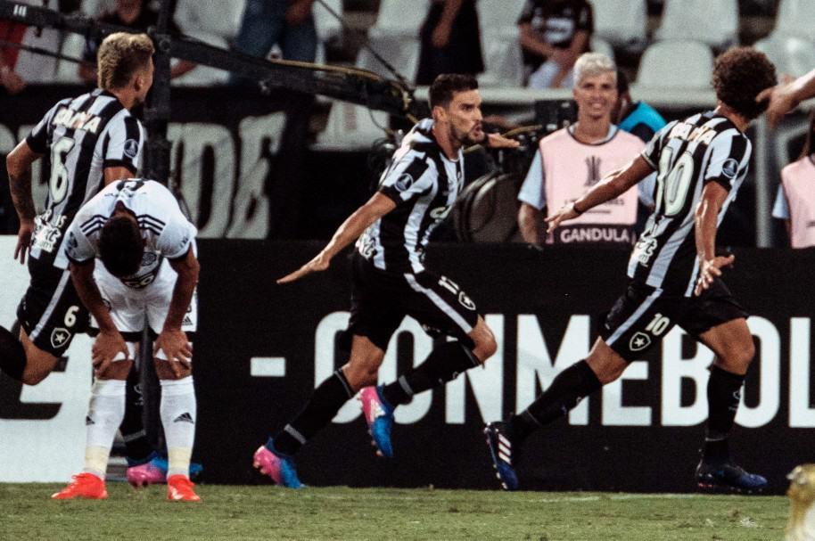 Con chilena de Pimpao, Botafogo gana 1-0 a Olimpia