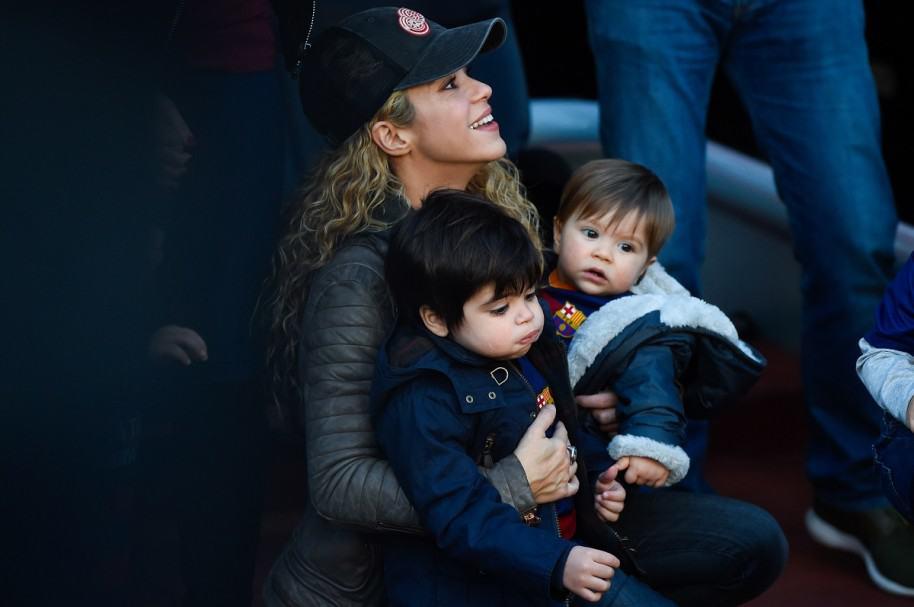 La cantante Shakira con sus hijos, Milan y Sasha.