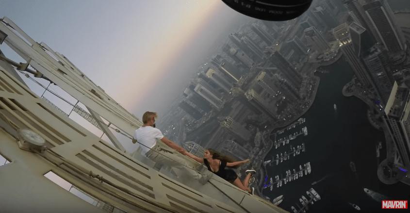 La modelo rusa Viki Odintcova colgando de un rascacielos en Dubái. Pulzo.com