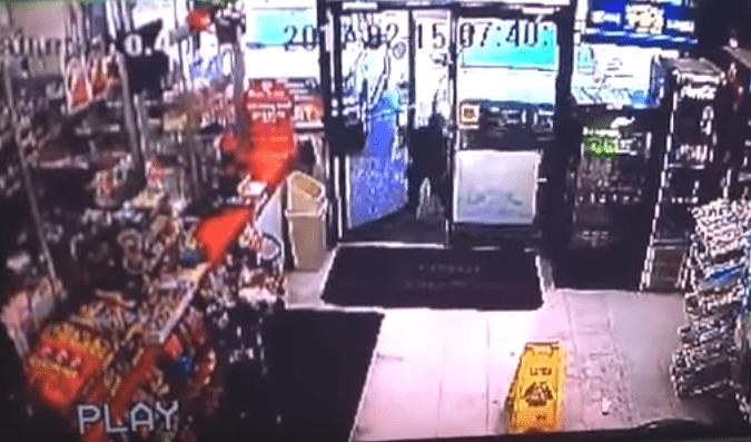 Camioneta sin conductor arrolla a niño que entraba a una tienda. Pulzo.com