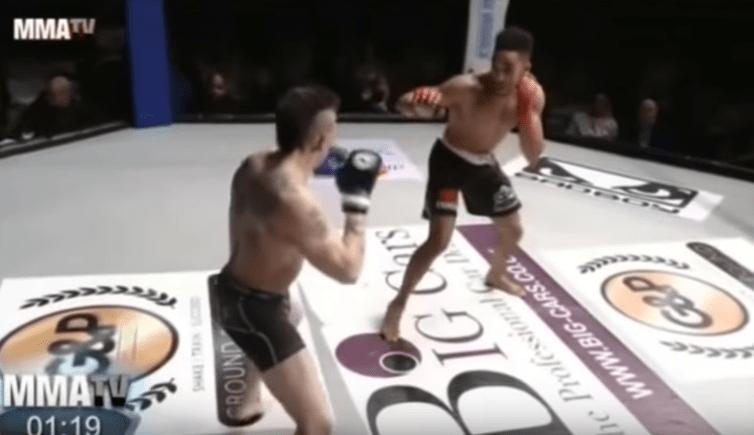 Luchadores Johan Segas y Joe Harding enfrentándose. Pulzo.com