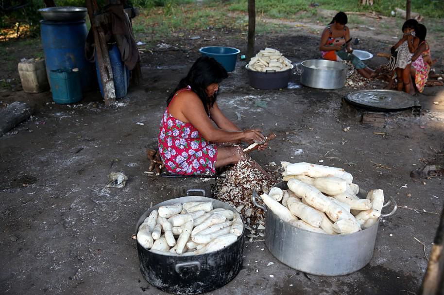 Mujer preparando yuca. Pulzo.com