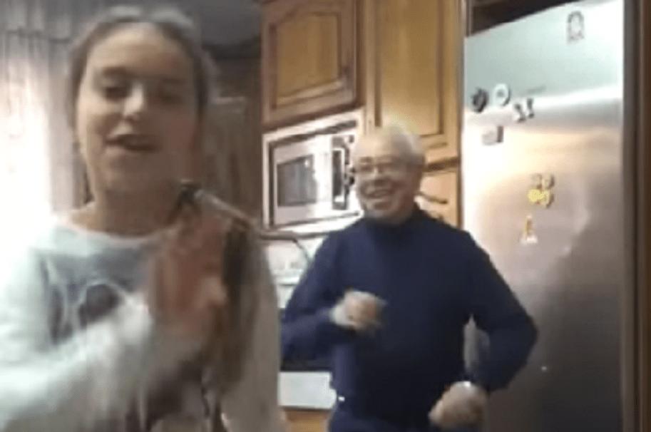 Abuelo y nieta bailando Despacito