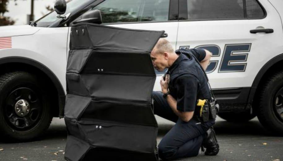Policía prueba un escudo protector plegable.