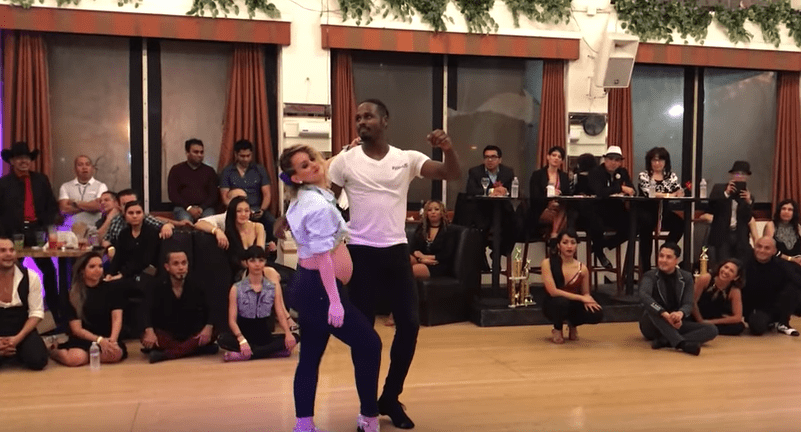 Bailarina Stephanie Stevenson bailando salsa en estado de embarazo. Pulzo.com