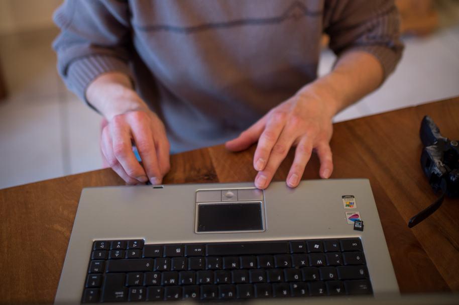 Persona digitando en teclado.