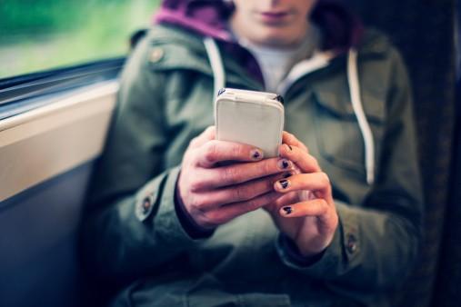 Joven con celular