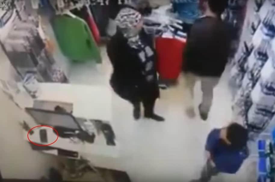 Madre e hijo roban celular. Pulzo.com