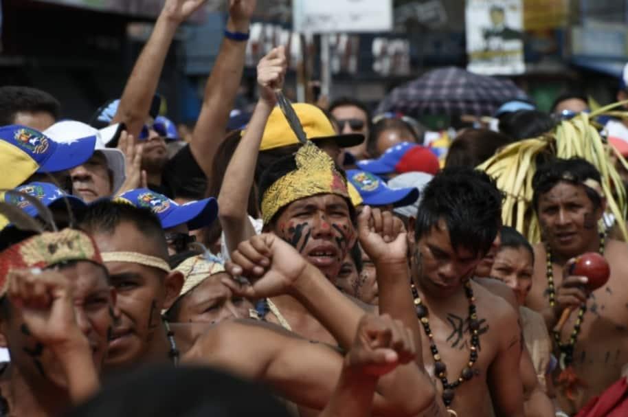 Indígenas venezolanos protestan contra Nicolás Maduro.