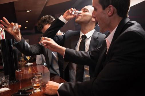 Hombres en un bar