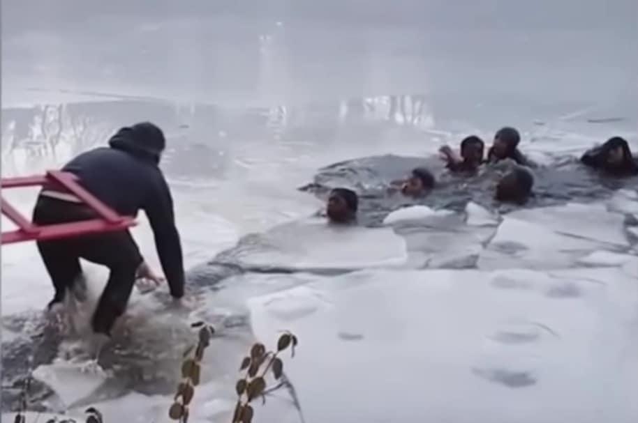 Adolescentes caen a un lago congelado en Estados Unidos.