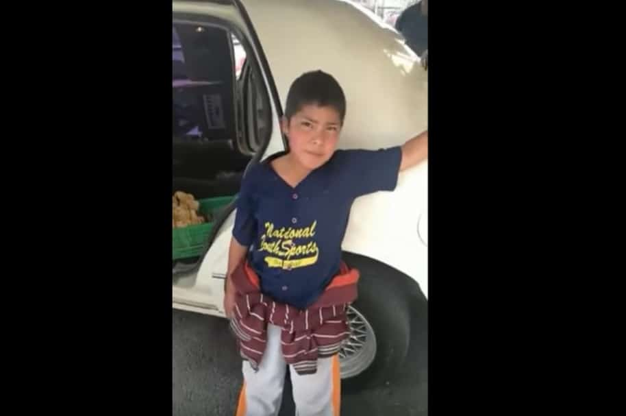 Niño pide un paseo por limusina, en México.