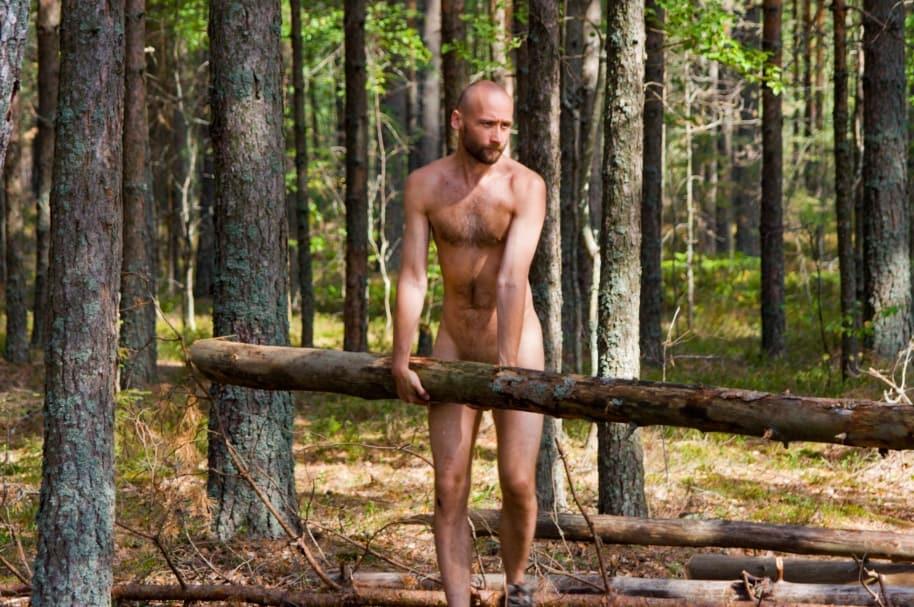 Nudista en el bosque (imagen de referencia)