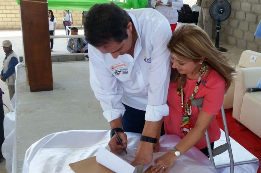 Primera piedra y firma contrato de 300 viviendas gratis en Sabanalarga