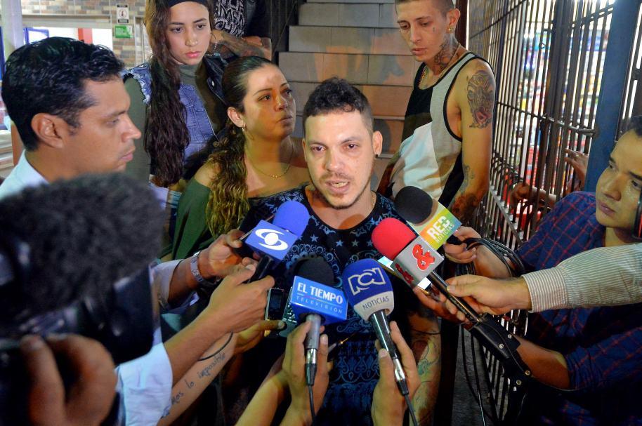 Juan José Herrera (c), hijo de Ismael Enrique Arciniegas, el colombiano ejecutado en China.