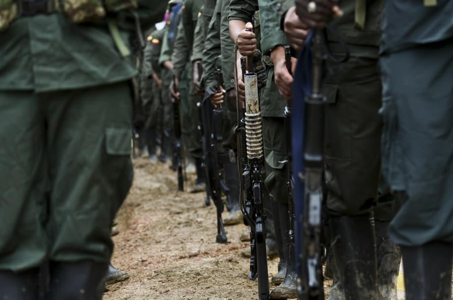 Guerrilleros de las Farc armados.