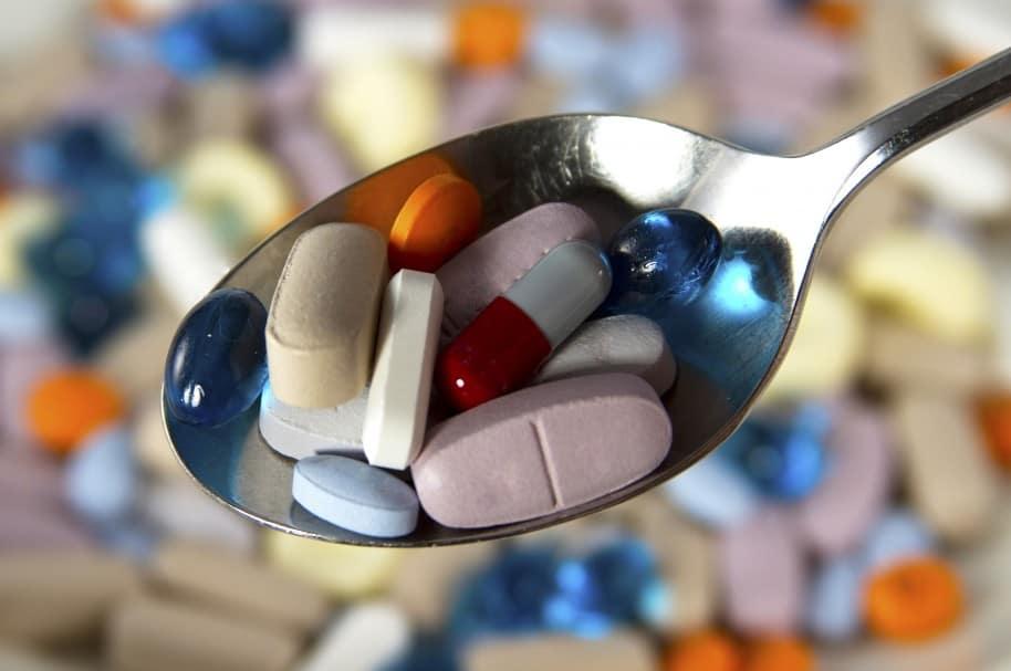 Medicamentos aleatorios en una cuchara