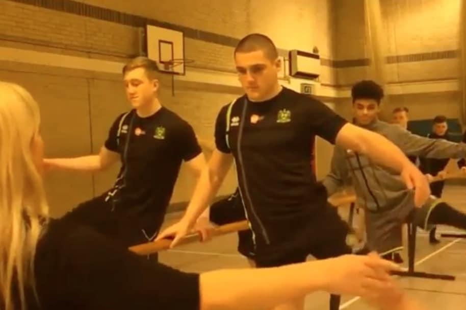 Jugadores de rugby practican ballet.