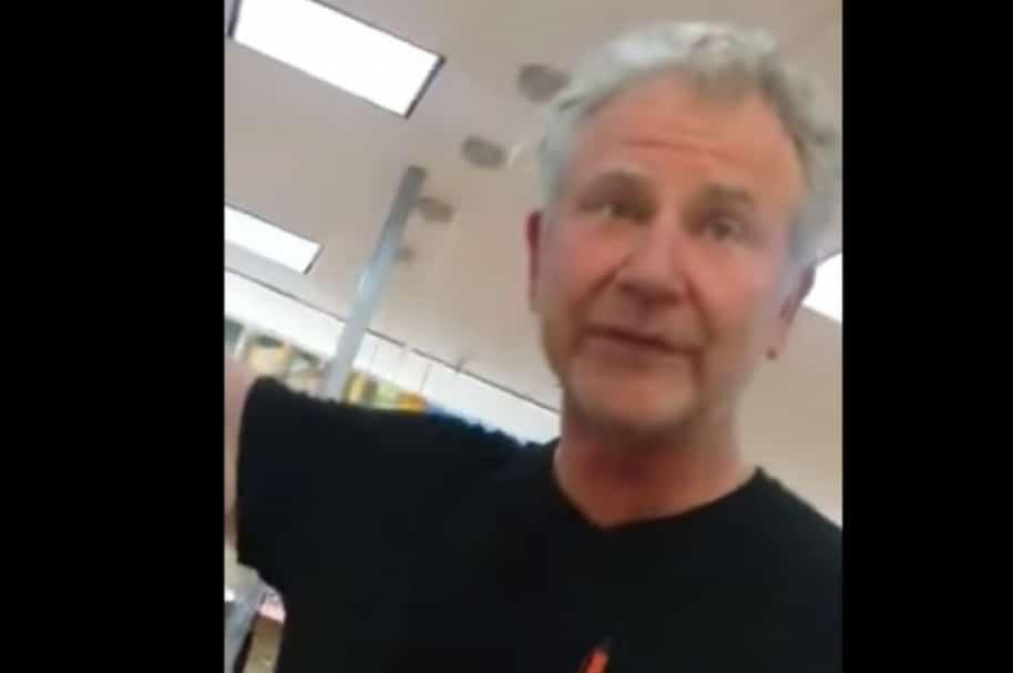 Cliente de Wallmart insulta a extranjeros.