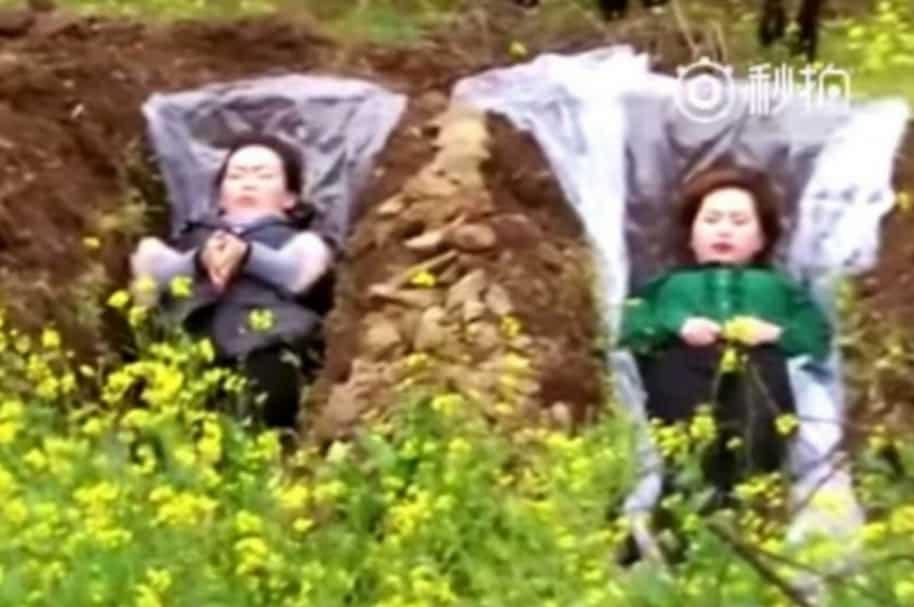 Mujeres chinas en tumbas falsas.